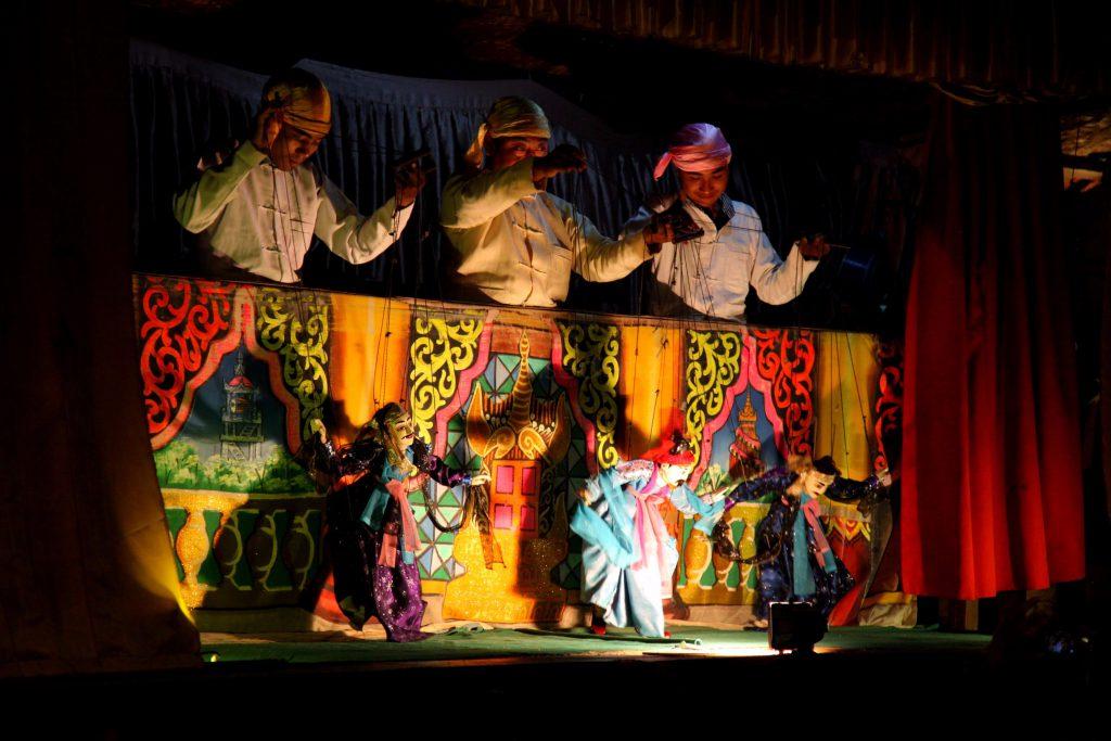 múa rối dây ở nhà hàng Nanda, Bagan