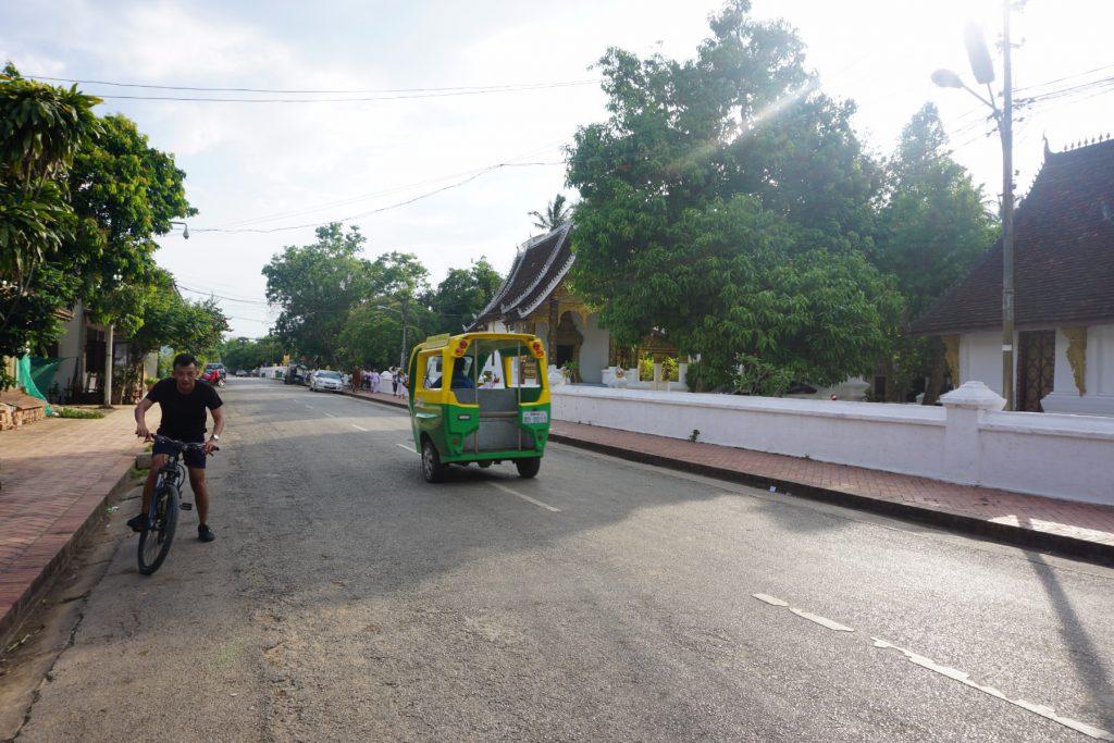 Đạp xe ở phố cổ Luang Prabang