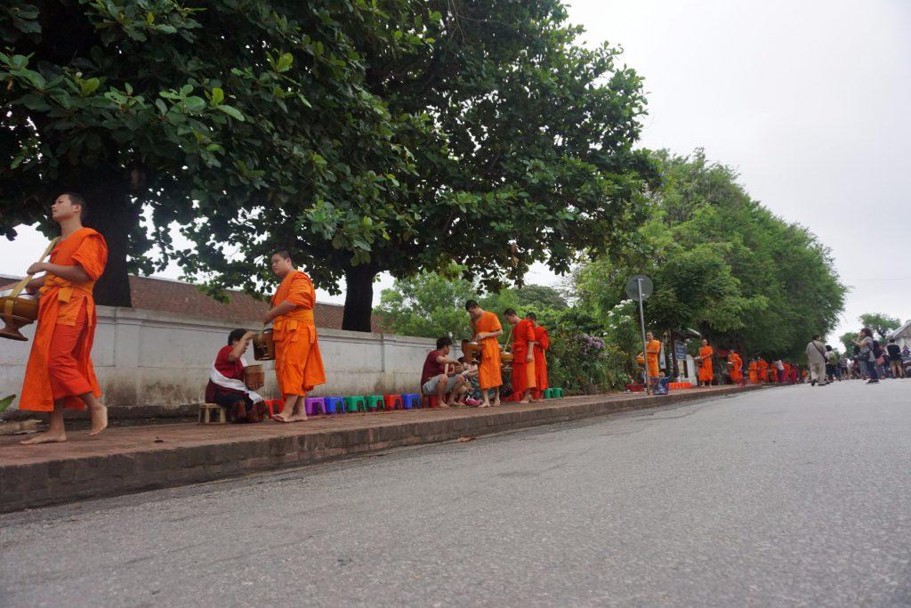 Nhà sư đi khất thực ở Luang Prabang