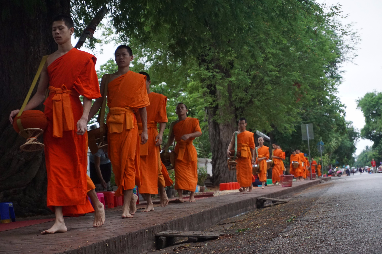 Du lịch bụi Luang Prabang - Khất thực sáng sớm