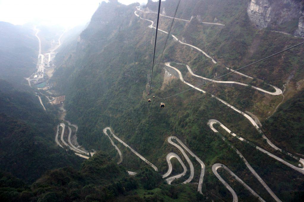 """Con đường """"99 khúc quanh"""" lên Thiên Môn Sơn"""