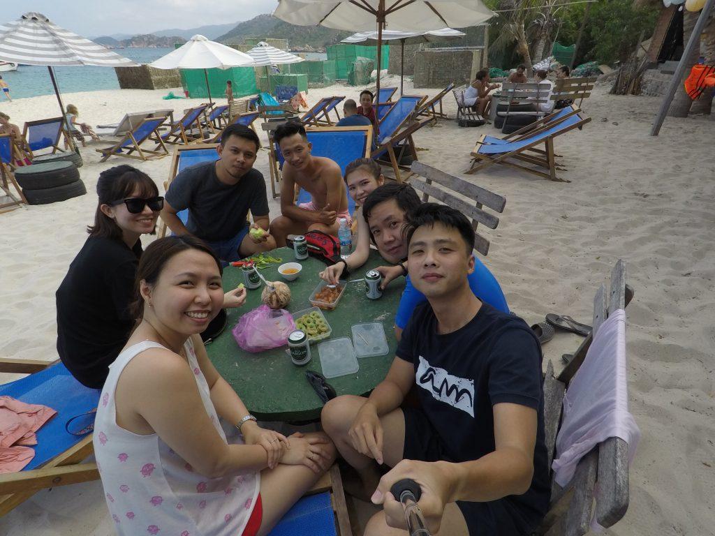 Villa Đảo Hoa Vàng - Khu vực ăn uống bờ biển