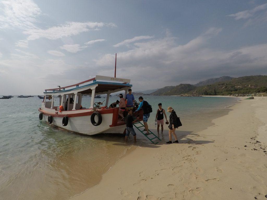 Villa Đảo Hoa Vàng - Tàu đi đảo