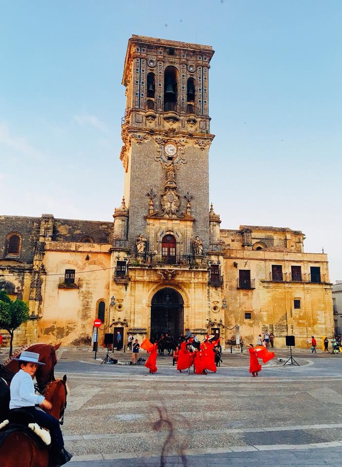 Vũ điệu flamenco trước Nhà thờ lớn ở Arcos de la Frontera