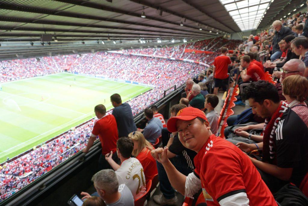 Khán giả ngồi kín sân vận động 76,000 chỗ ngồi