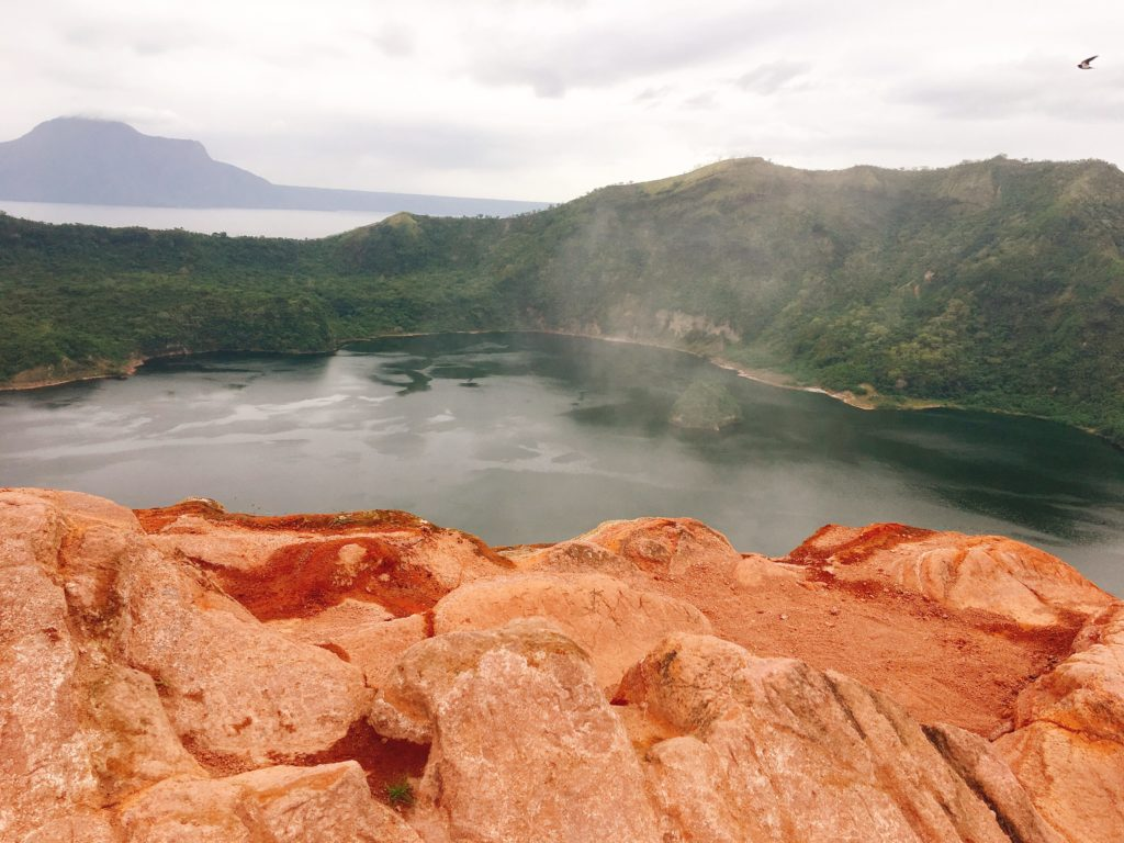 Crater Lake ở Taal Volcano