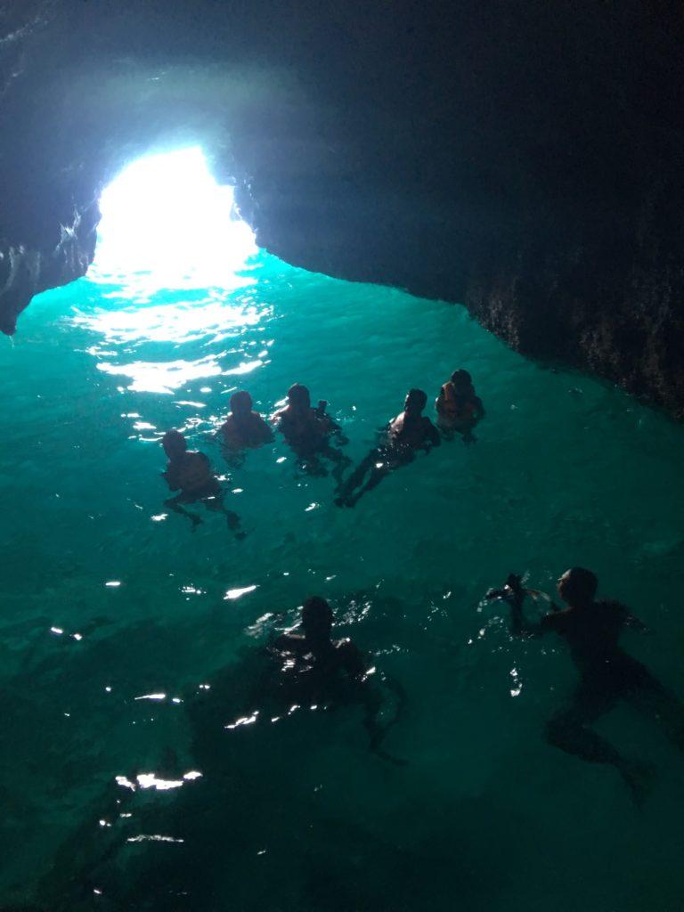 Bên trong hang động Puka Beach