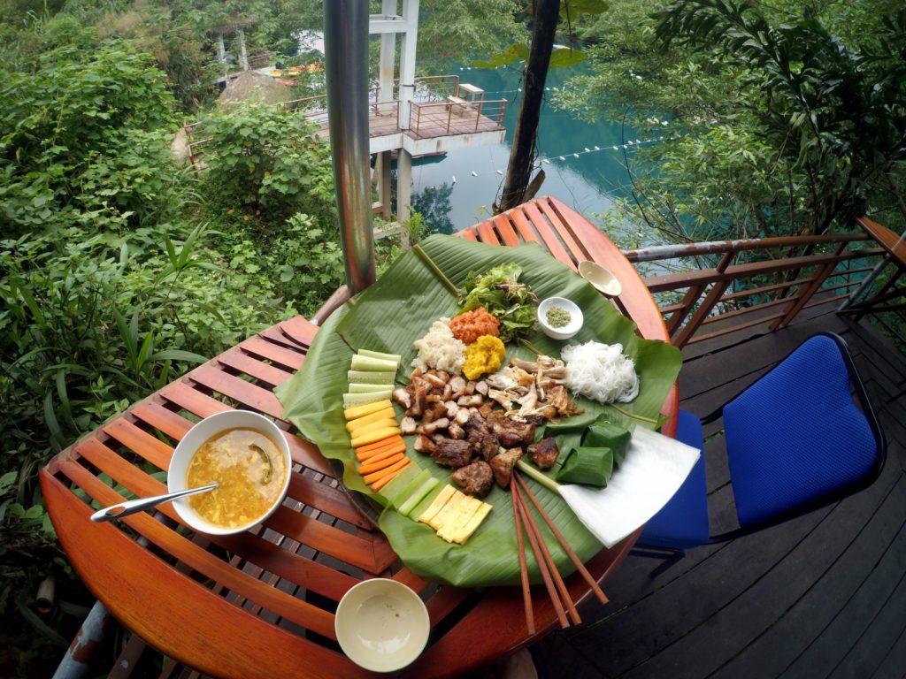 Bữa trưa tại nhà hàng sông Chày